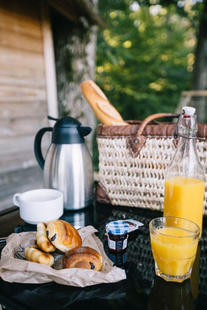 Le petit-déjeuner des cabanes perchée dans le bois d'Orient à 1h de troyes. crédit photo : Clara Ferrand - blog Wildroad