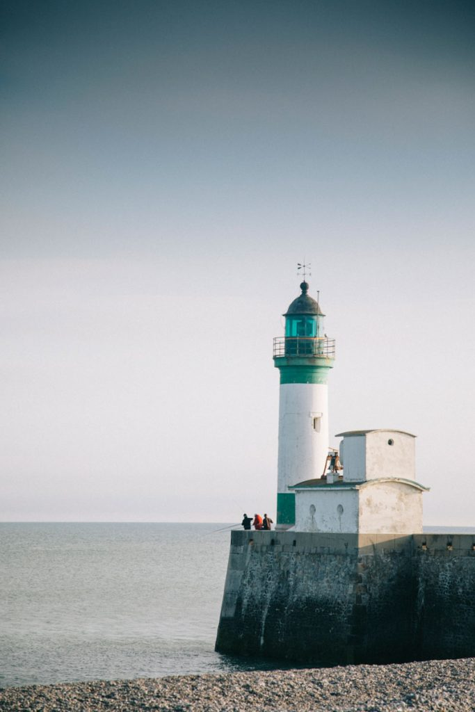 Le phare du Tréport depuis la place en Normandie. Crédit photo : Clara Ferrand - blog Wildroad