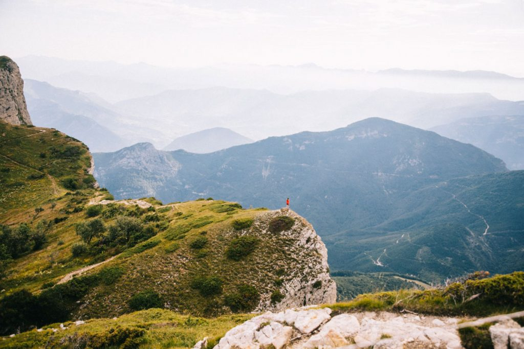 Faire un bivouac au sommet des 3 becs dans la forêt de Saou. crédit photo : Clara Ferrand - blog Wildroad