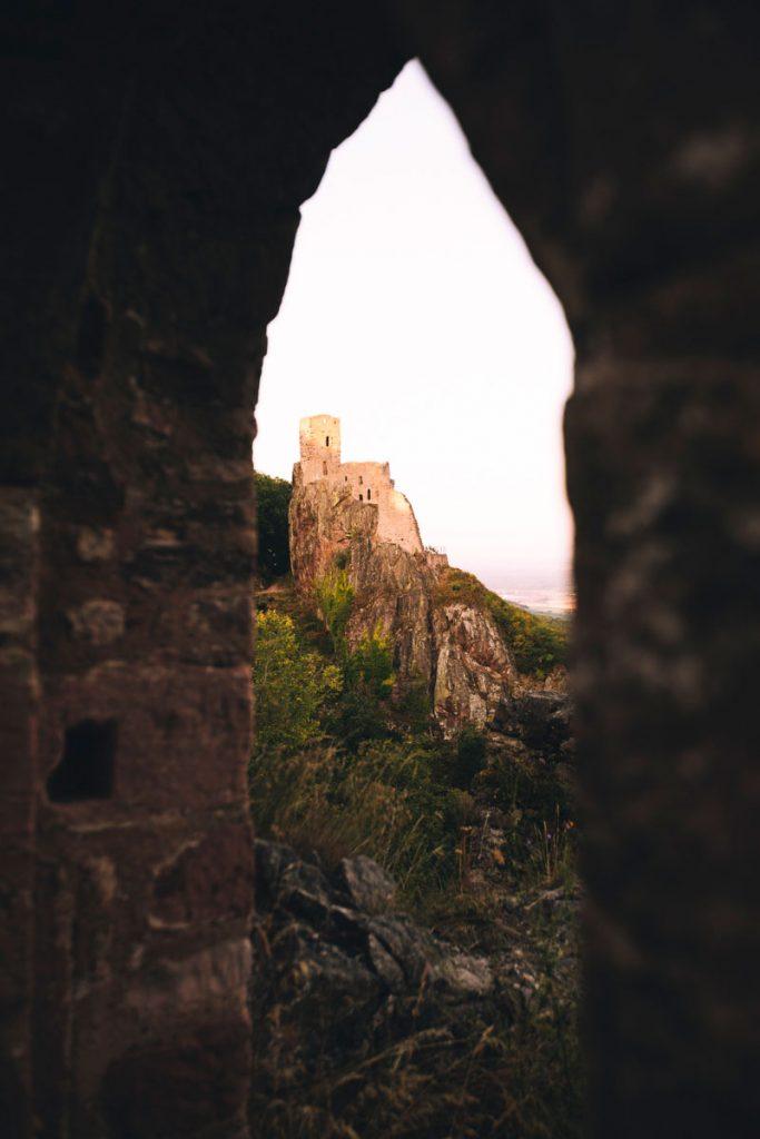 Vue sur le château de girsberg depuis les ruines du château de Saint-Ulrich. crédit photo : clara ferrand - blog Wildroad