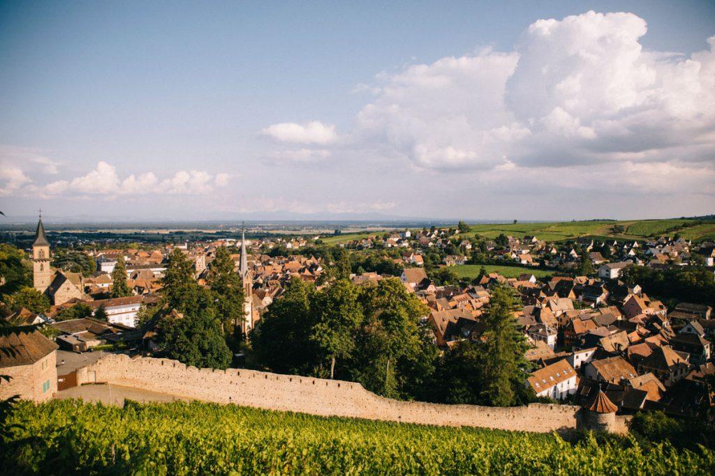 Les remparts de la ville alsacienne de Ribeauvillé au départ du sentier de randonnée. crédit photo : Clara Ferrand - blog Wildroad