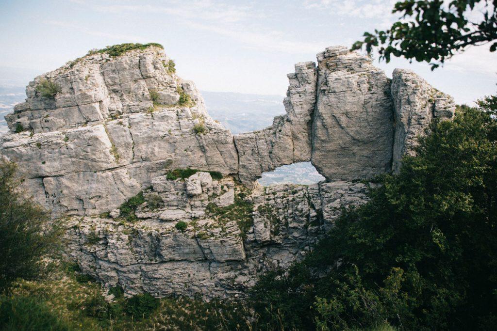 Le rocher de la laveuse dans le massif des 3 becs. crédit photo : Clara Ferrand - wildroad