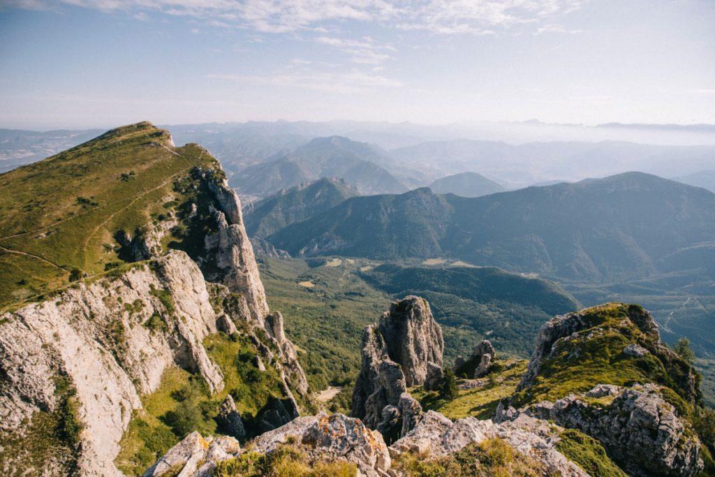 Au sommet du Signal sur la randonnée des 3 becs dans la vallée de la Drôme. crédit photo : Clara Ferrand -blog Wildroad
