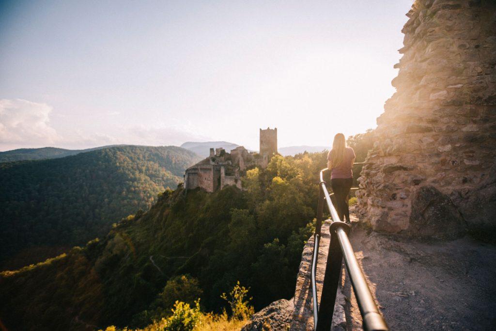Le château de Saint-Ulrich vue depuis le chateau de Girsberg dans les hauteurs de Ribeauvillé en Alsace. crédit photo : Clara Ferrand - blog Wildroad