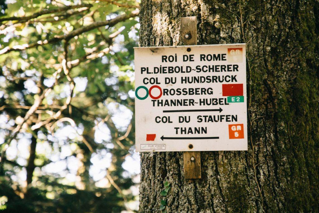 Quel est le balisage du club vosgien à suivre pour faire le GR5 dans le massif des Vosges. crédit photo : Clara Ferrand - Blog Wildroad