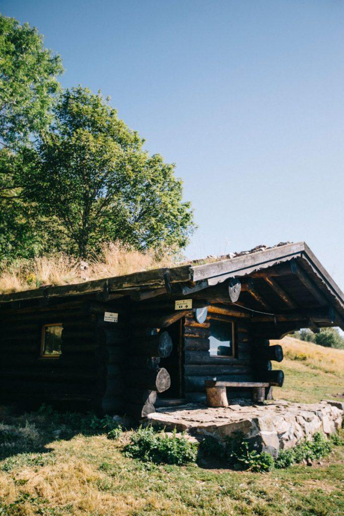 Le refuge non-gardé des hautes-bers à côté du lac des Perches dans le massif des Vosges. crédit photo : Clara Ferrand - blog Wildroad