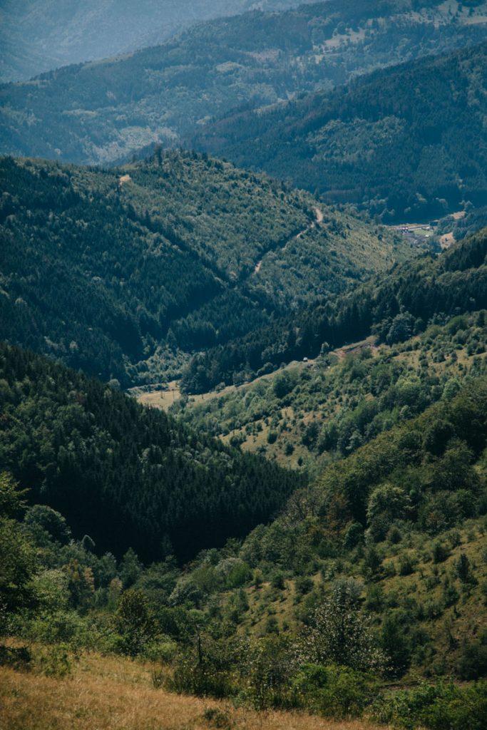 Les différentes vallées du massif des vosges depuis l'itinéraire de randonnée. crédit photo : Clara Ferrand - blog Wildroad