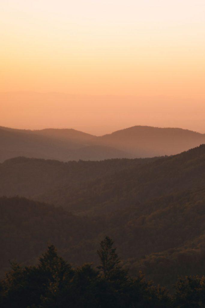 Le lever du soleil depuis le massif des vosges sur le forêt Noire et le Jura. crédit photo : Clara Ferrand - blog WIldroad