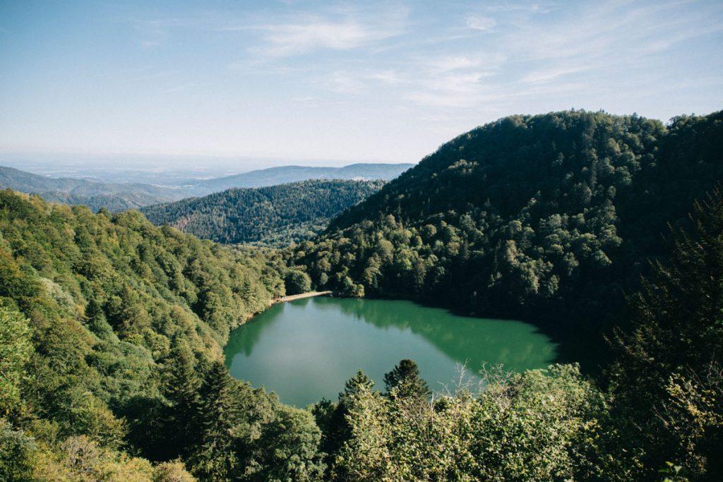 Le lac des perches depuis un éboulis sur le sentier du GR5 en continuant du col des perches. crédit photo : Clara Ferrand - blog Wildroad