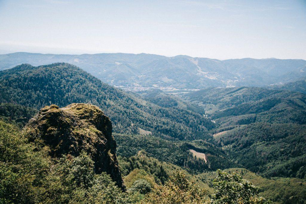 Le rocher de vogelstein et son point de vue sur le massif des Vosges lors de la première journée de randonnée sur le GR5. crédit photo : Clara Ferrand - blog Wildroad