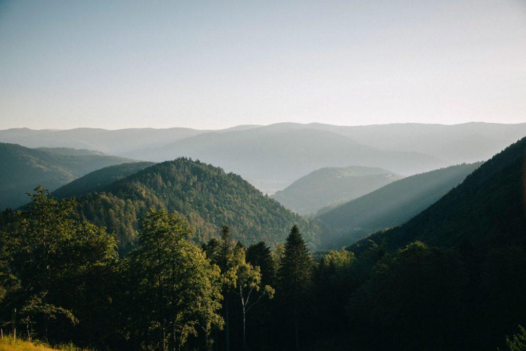 Un panorama sur le grand Ballon et la vallée de Thann depuis la grande traversée des Vosges. crédit photo : Clara Ferrand - blog Wildroad
