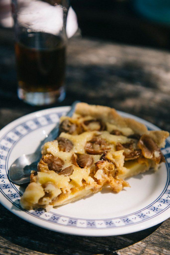 Une part de tarte à la mirabelle dans une ferme auberge sur le tracé de la randonnée itinérante. crédit photo : Clara Ferrand - blog Wildroad