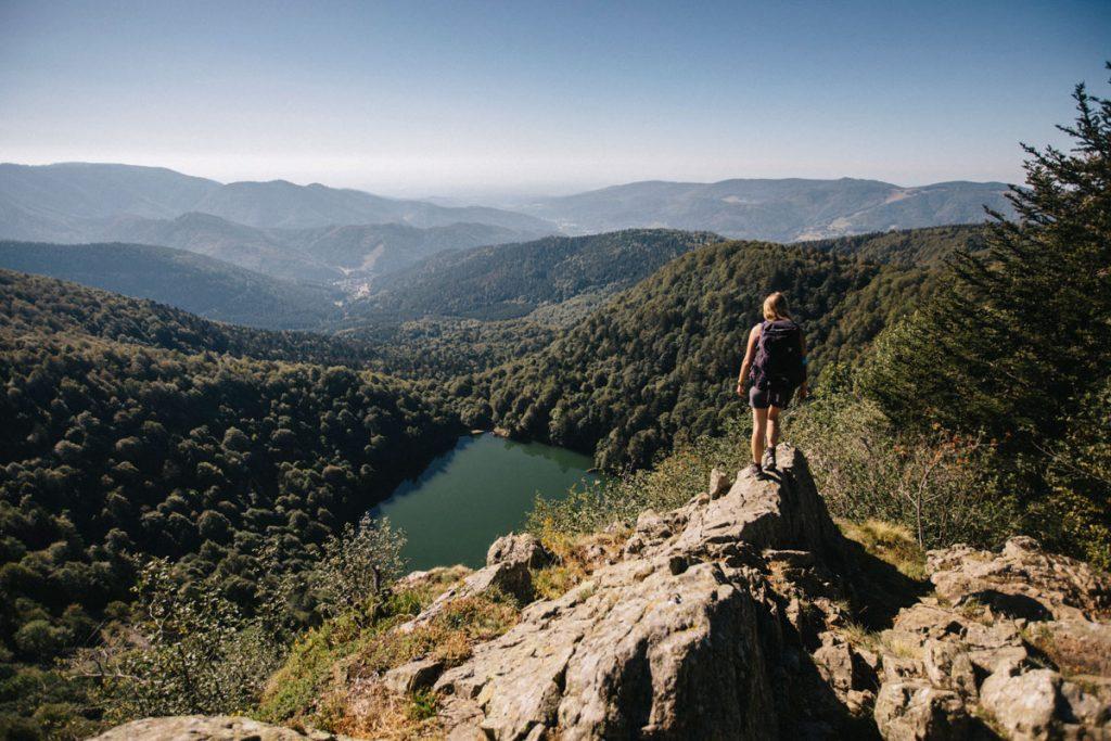 Le lac des perches depuis la tête des perches sur le sentier de randonnée du GR5. crédit photo : Clara Ferrand - blog Wildroad