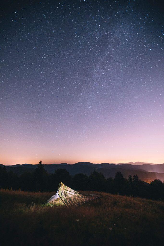 Bivouac dans le massif des vosges lors d'une randonnée itinérante sur le GR5. crédit photo : Clara Ferrand - blog Wildroad