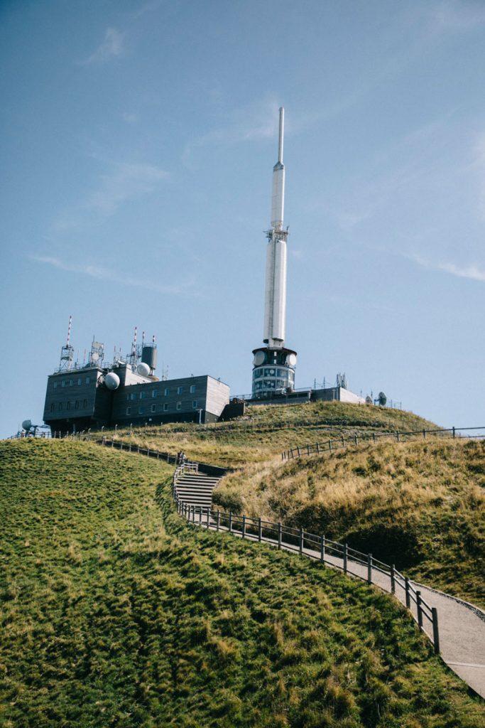 L'antenne au dessus du puy de Dôme. crédit photo : Clara Ferrand - blog Wildroad