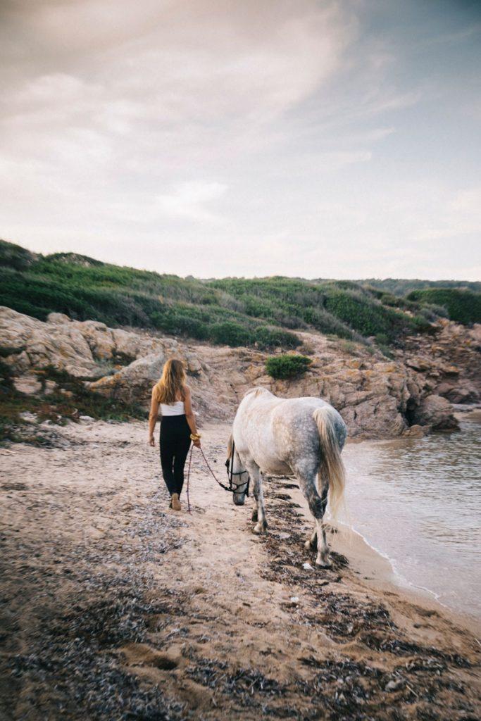 Balade et baignade à cheval autour de Bonifacio. crédit photo : Clara Ferrand - blog Wildroad