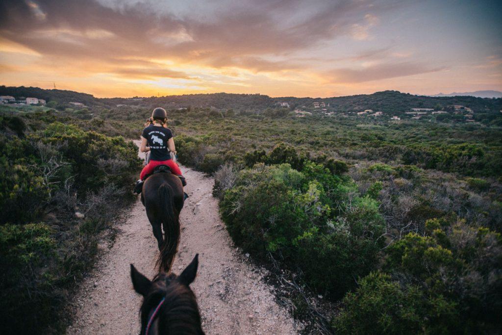 Balade à cheval pour les débutant autour de Bonifacio. crédit photo : Clara Ferrand - blog Wildroad