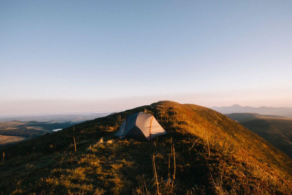 Bivouac au sommet des volcans d'Auvergne. les règles et consignes à connaitre. crédit photo : Clara Ferrand - blog Wildroad