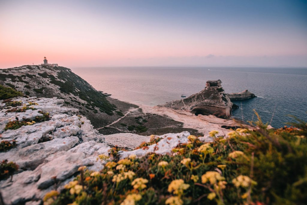 Cap pertusato au lever du soleil autour de Bonifacio. crédit photo : Clara Ferrand - blog Wildroad