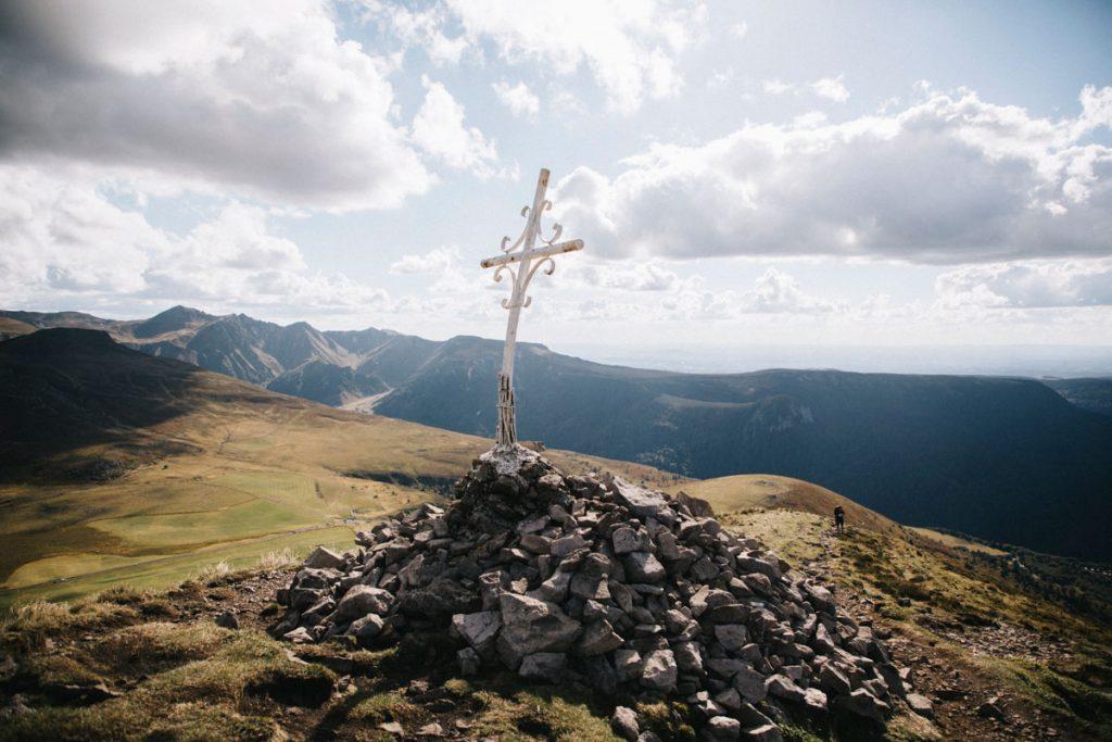 La Croix au sommet du puy de l'Angle dans le massif du Sancy. crédit photo : Clara Ferrand - blog Wildroad