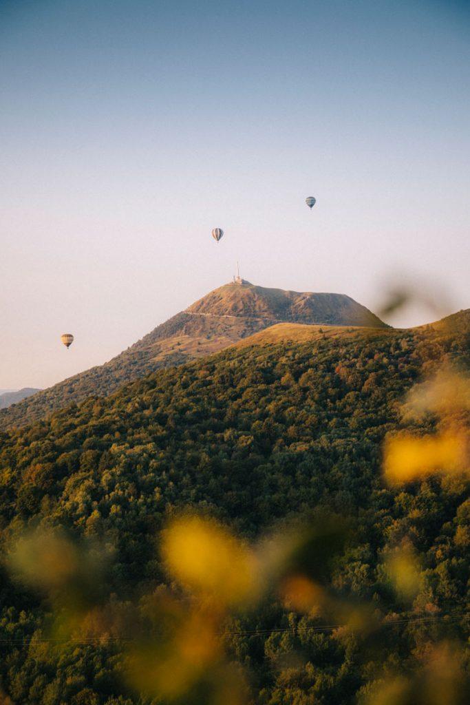 Les montgolfière au dessus du puy de Dôme dans le massif Central. crédit photo : Clara Ferrand - blog Wiildroad