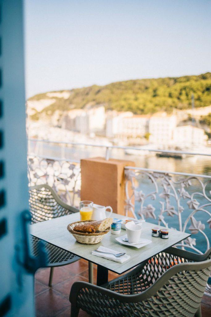 Les meilleurs hôtels du centre-ville de Bonifacio pour un séjour parfait. crédit photo : Clara Ferrand - blog Wildroad