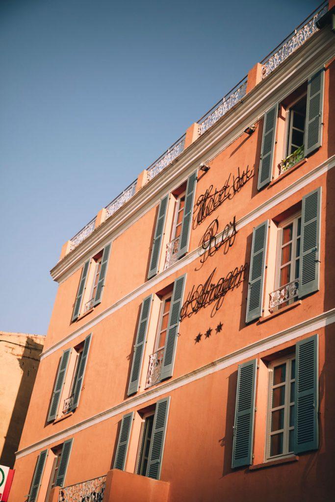 L'hôtel du Roy d'Aragon situé au niveau du port de Bonifacio. crédit photo : Clara Ferrand - blog Wildroad