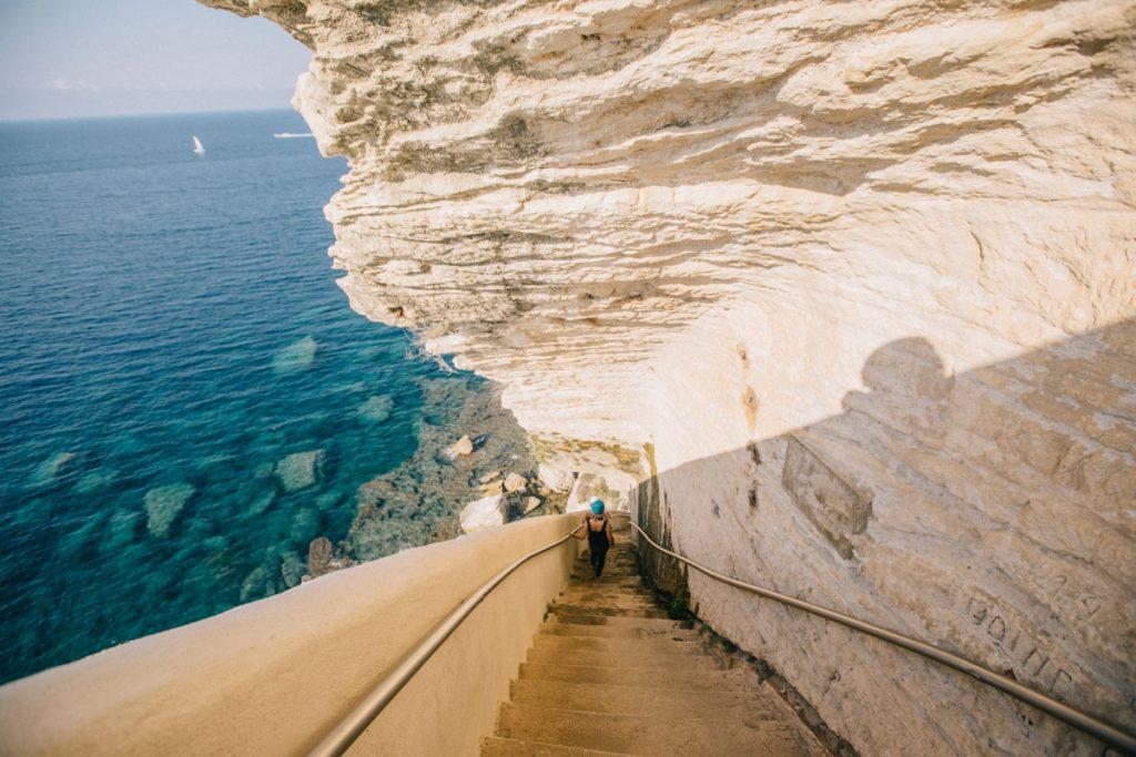 Visiter les escaliers du Roi d'Aragon à Bonifacio. crédit photo : Clara Ferrand - blog WIldroad