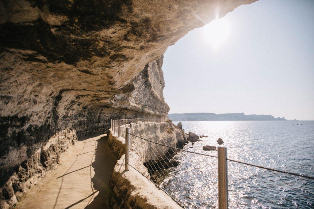 Les escaliers du roi d'Aragon et son sentier qui longe les Falaises, le premier lieu visiter en Corse. crédit photo : Clara Ferrand - Blog WIldroad