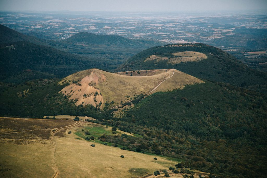 La vue depuis la gare panoramique du puy de Dôme dans le massif Central. crédit photo : Clara Ferrand - blog Wildroad