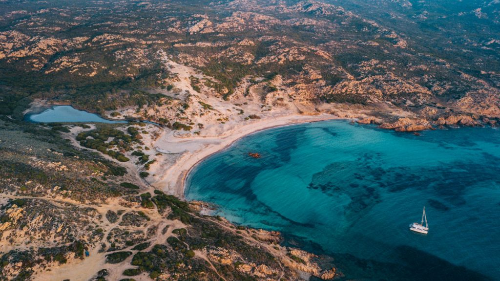 Les plage incontournable du sud de la Corse autour de Bonifacio. crédit photo : Clara Ferrand - blog Wildroad