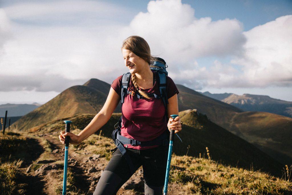 Les vêtements en laine merinos le meilleure moyen de s'habiller pour un trek sur les volcans d'Auvergne. crédit photo : Clara Ferrand - blog Wildroad