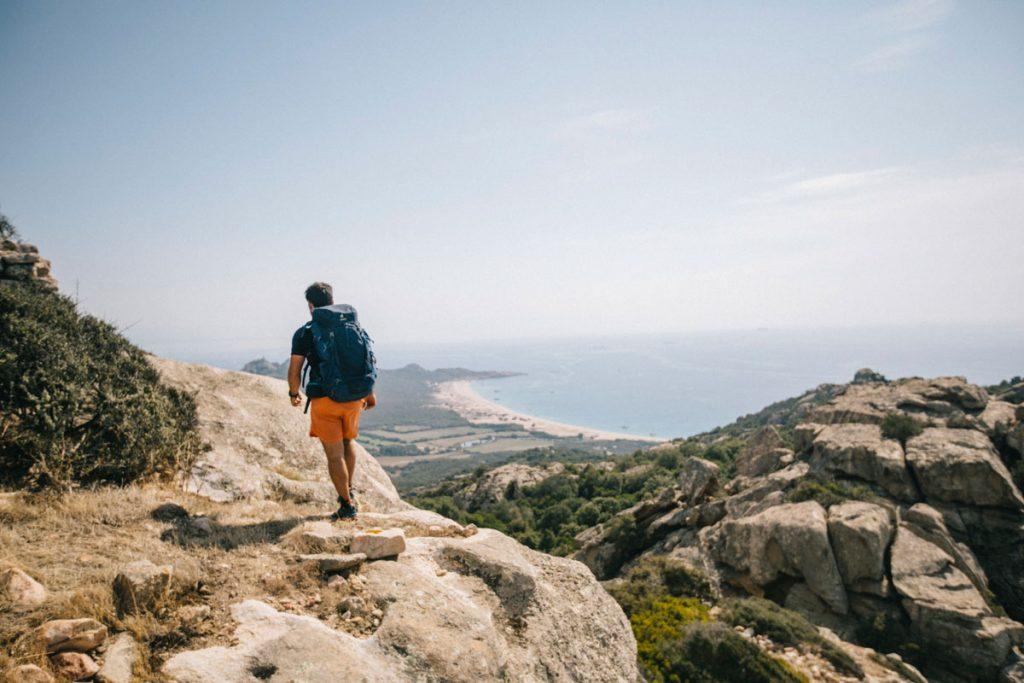 Faire une randonnée avec un beau panorama sur RoccaPina dans le sud de la Corse. crédit photo : Clara Ferrand - Wildroad