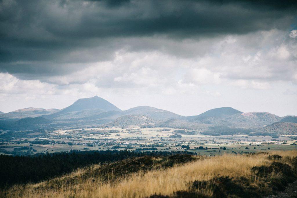 Panorama sur la chaine des puys depuis la randonnée itinérante de la traversée des volcans d'Auvergne. crédit photo : Clara Ferrand - blog Wildroad