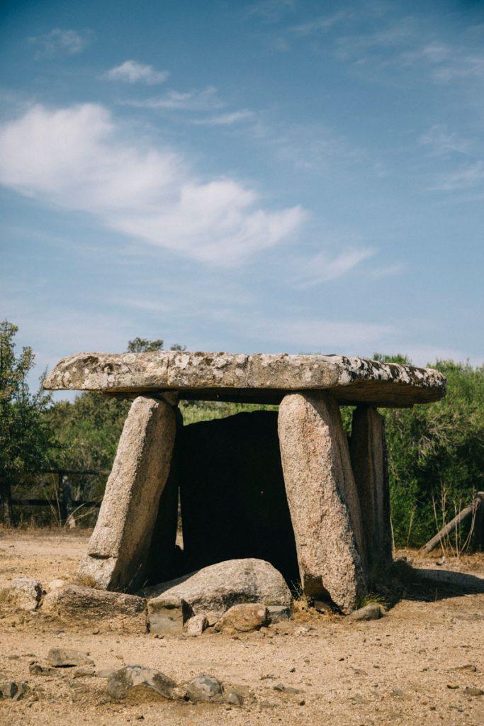 Le dolmen du site archéologique de Cauria en Corse. crédit photo : Clara Ferrand - blog Wildroad