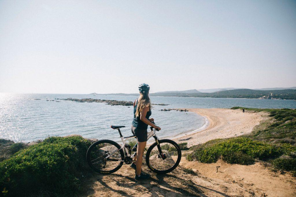 Faire une sortie en VTT autour de Bonifacio pour découvrir la Corse. crédit photo : Clara Ferrand - blog Wildroad
