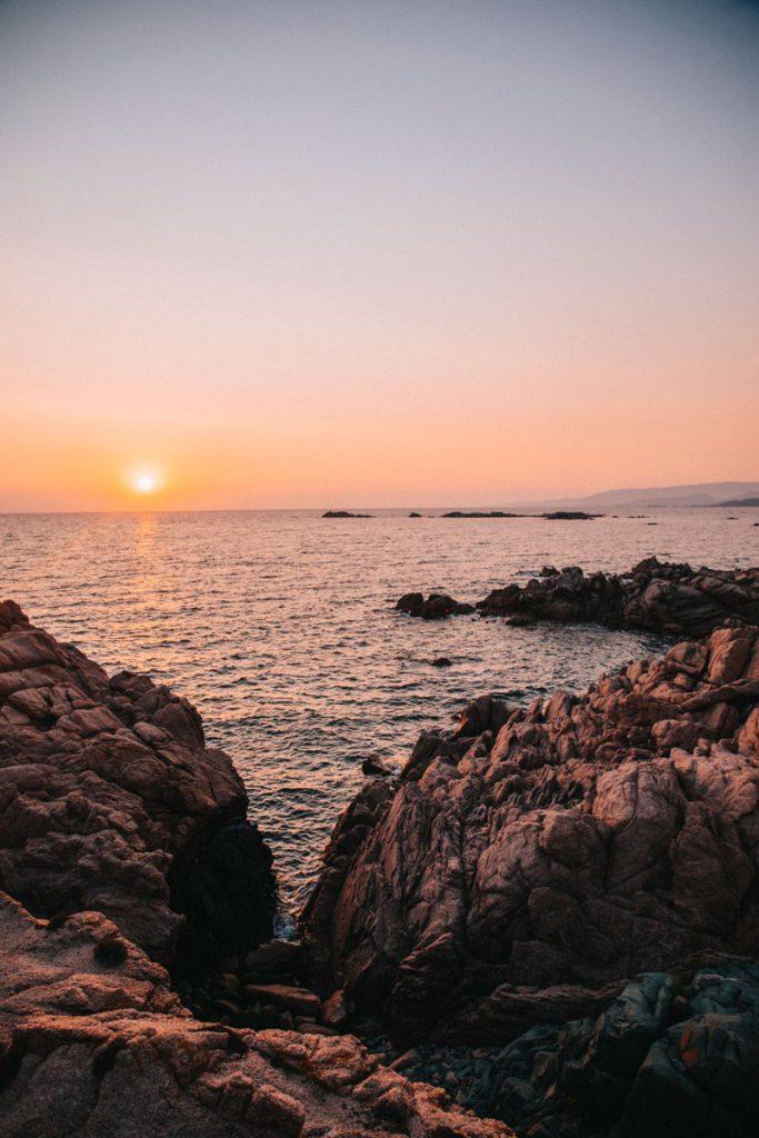 Coucher de soleil depuis la plage de la Tonnara dans le sud de la Corse. crédit photo : Clara Ferrand - blog WIldroad