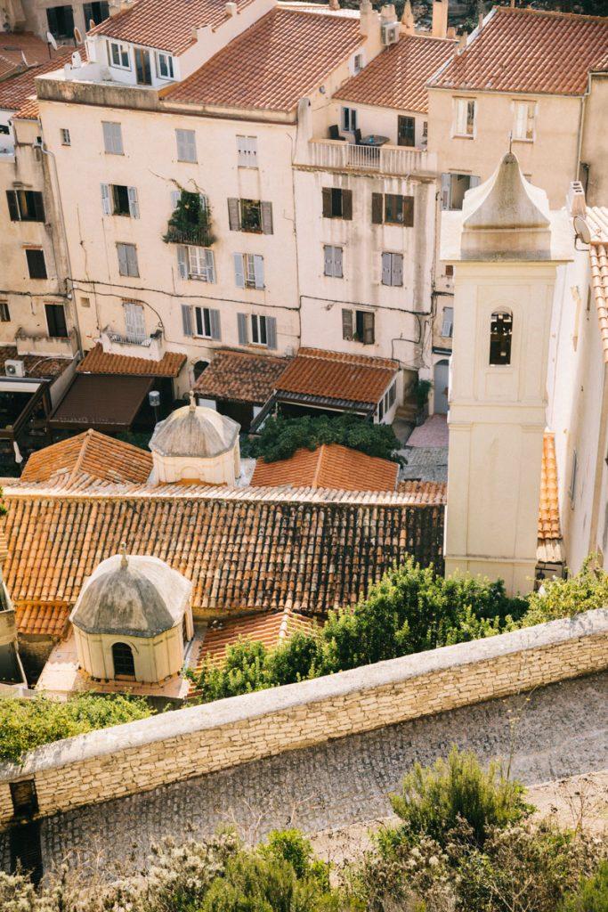Le centre-ville de Bonifacio et ses rues historiques. crédit photo : Clara Ferrand d- blog Wildroad