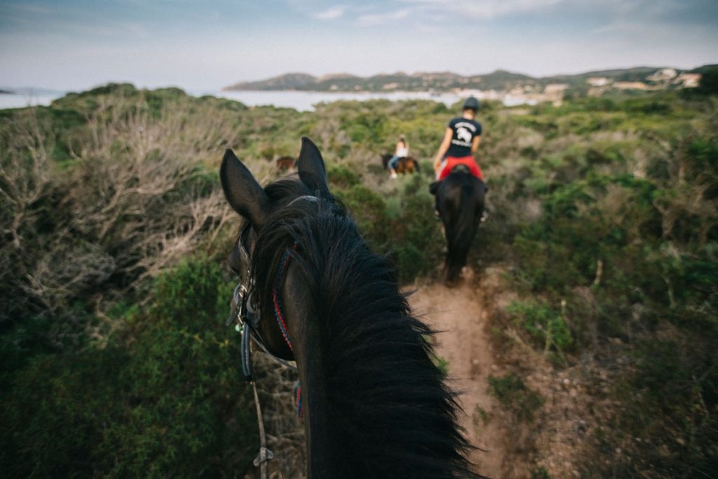 Balde à cheval sur les plus belle plage du sud de la Corse avec le ranch San Diego de Bonifacio. crédit photo : Clara Ferrand - blog Wildroad