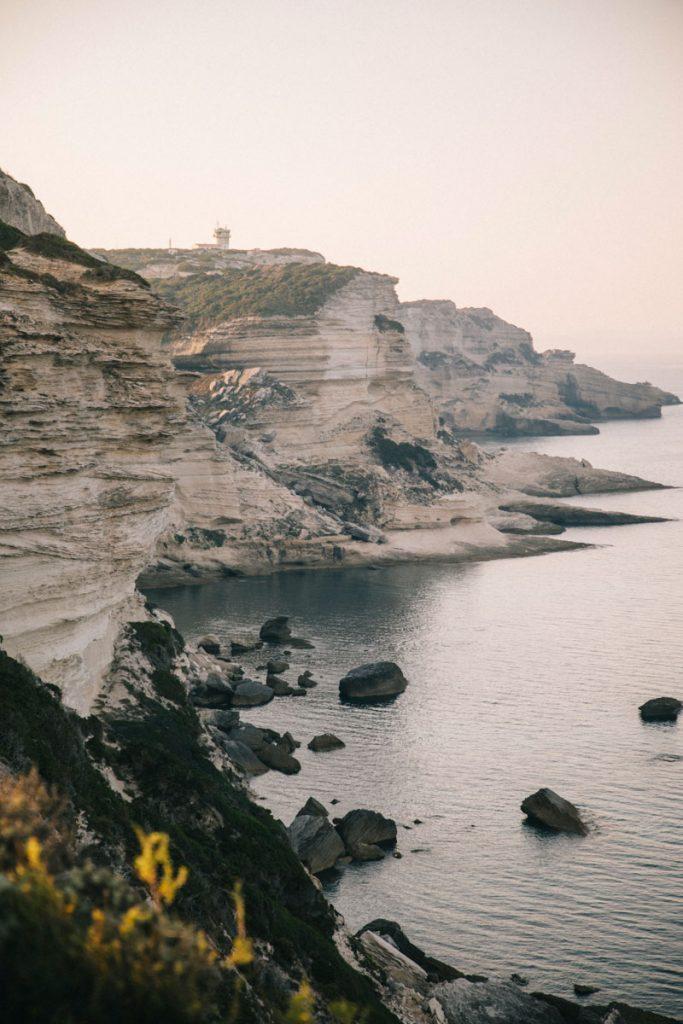 Les falaises de Bonifacio vue depuis le sentier de randonnée de Campu Rumanilu. Crédit photo : Clara Ferrand - blog Wildroad
