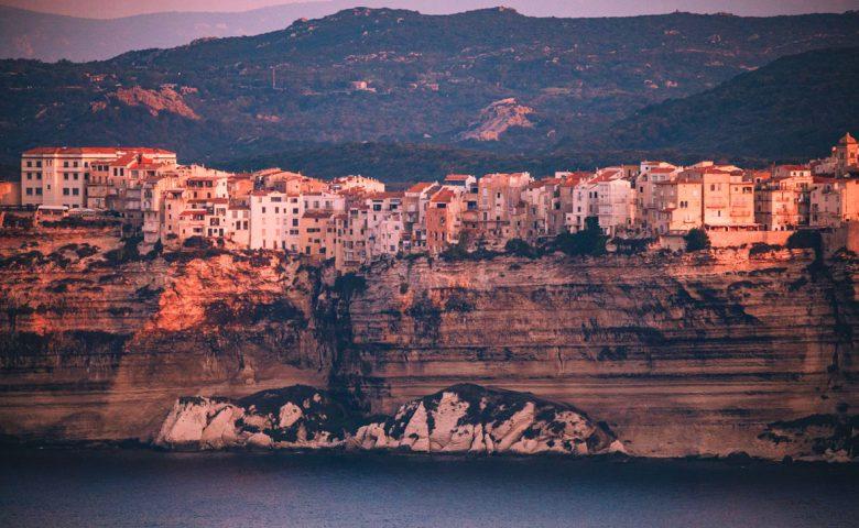 Visiter les incontournable de Bonifacio en Corse du Sud. crédit photo : Clara Ferrand