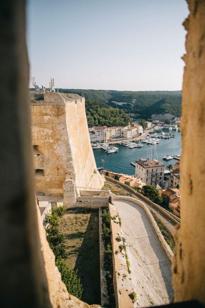 Découvrir les plus beaux monument durant sa visite à Bonifacio avec le bastion de l'étendard. crédit photo : Clara Ferrand - blog Wildroad