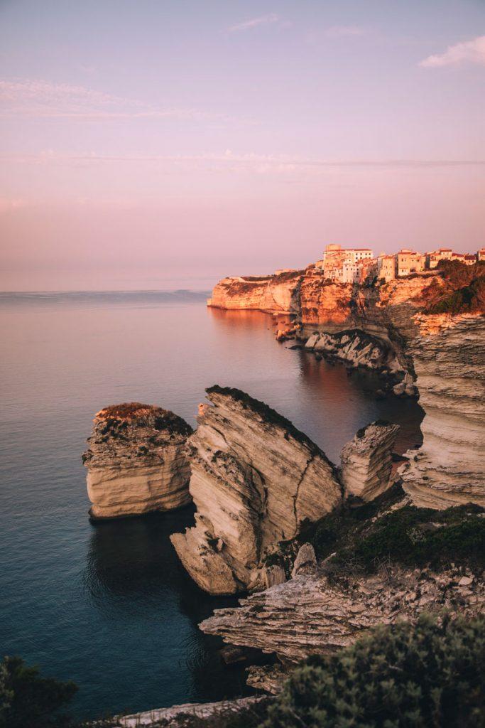 Les falaises de Bonifacio un site classé à l'UNESCO, incontournable de la Corse. crédit photo : Clara Ferrand - blog WIldroad