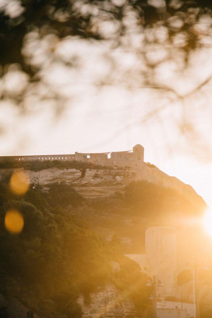 Le bastion de l'étendard vue depuis le port de Bonifacio. crédit photo : Clara Ferrand - blog Wildroad