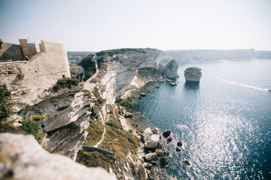 Les plus beaux panorama sur les falaises de Bonifacio et la plage du grain de sable. crédit photo : Clara Ferrand - blog Wildroad