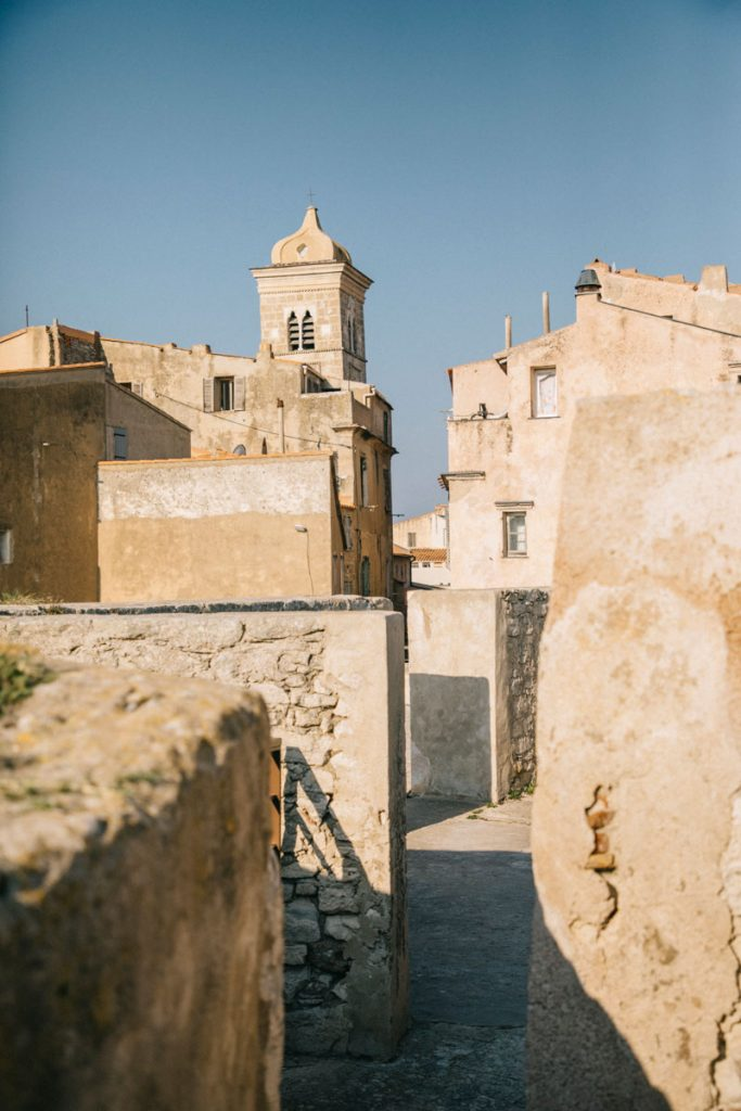 Visiter le bastion de l'étendard pour avoir un beau point de vue sur la citadelle et  Bonifacio. crédit photo : Clara Ferrand - blog Wildroad