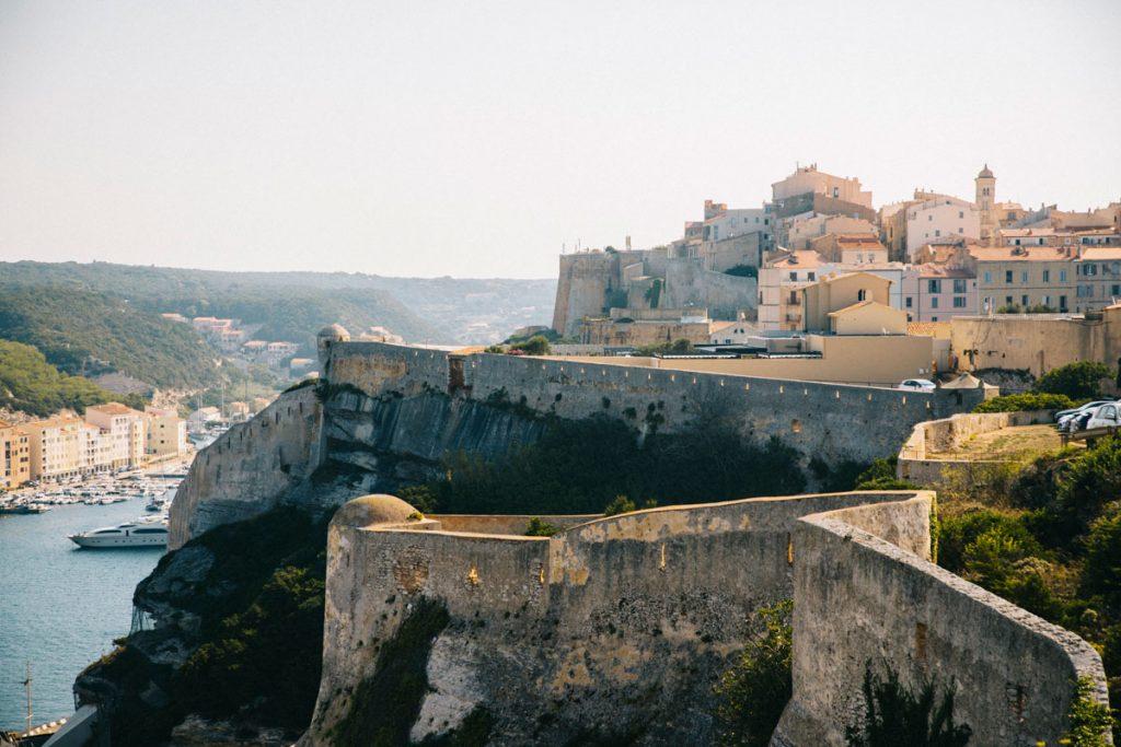 Visiter la citadelle de Bonifacio et ses remparts à la  bonne période. crédit photo : Clara Ferrand - blog Wildroad