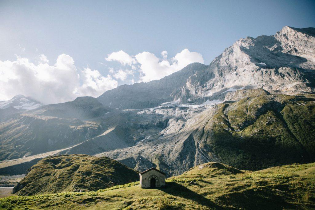La Chapelle au dessus du lac de la Glière au pied des glaciers de la Vanoise. crédit photo : Clara Ferrand - blog Wildroad