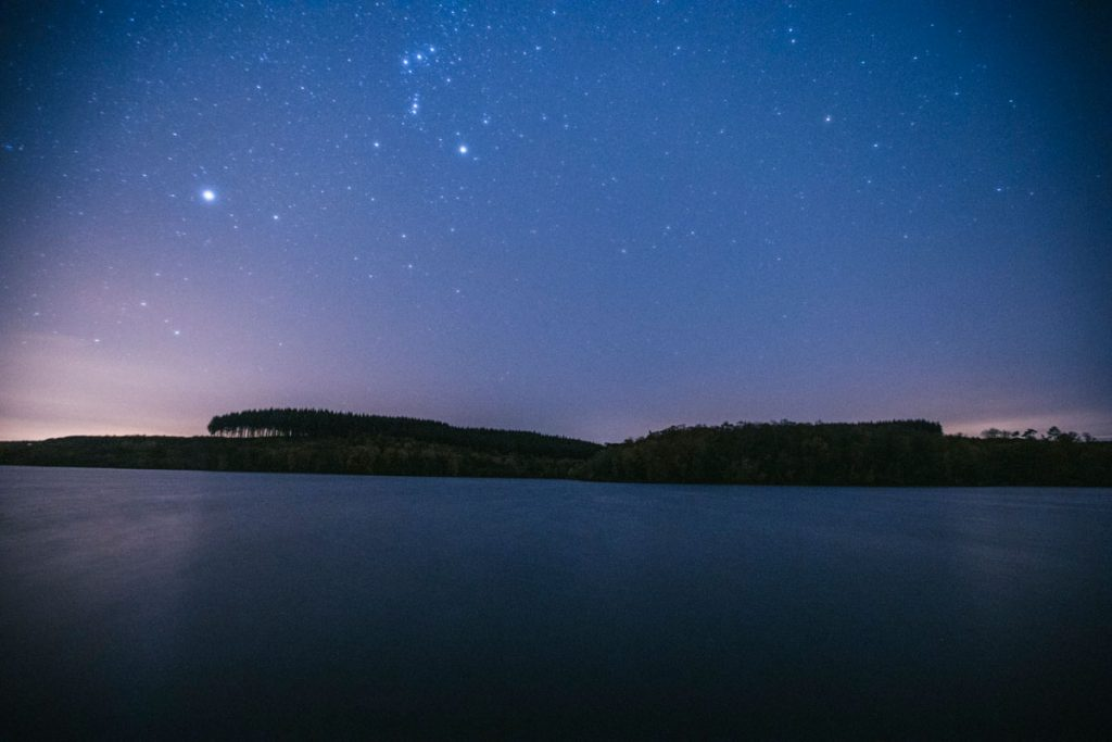 Photo d'un ciel étoilé dans le Morvan lors d'un bivouac autour du lac Saint Agnan. crédit photo : Clara Ferrand - blog Wildroad