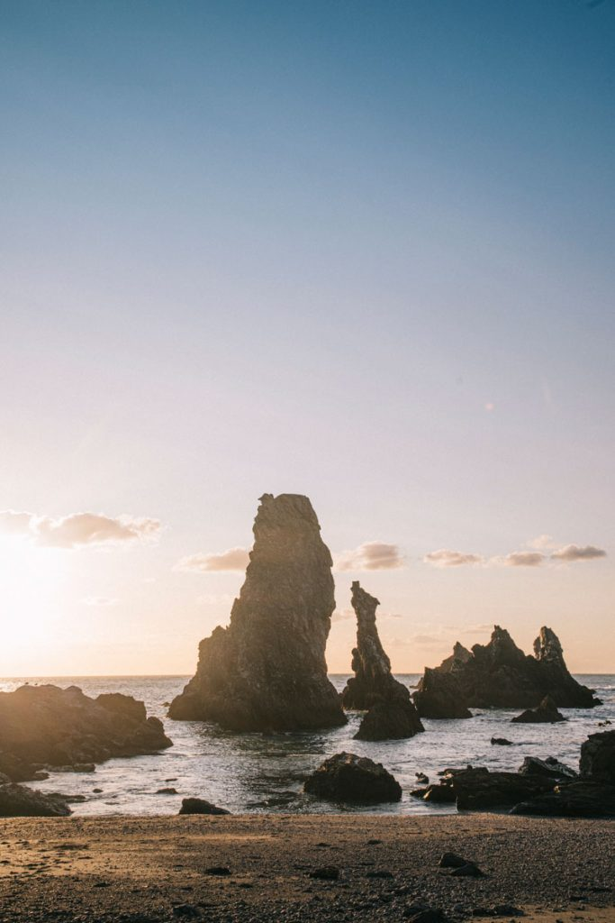 Coucher de soleil sur les aiguilles de Port coton à Belle-Île-en-mer. crédit photo : Clara Ferrand - blog Wildroad